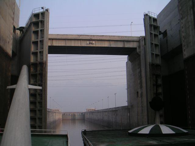 098-yangze-river-3-gorges-dam-lock